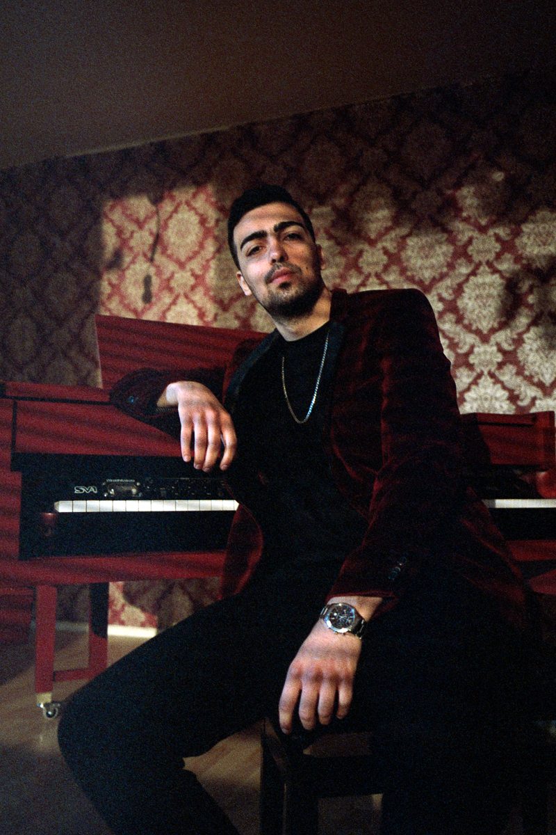 FERHAT TOPAL IS ON THE RUN BRKN – Ein Zimmer